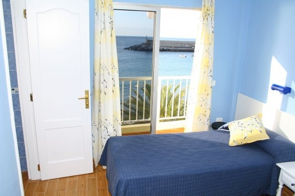 Standard room with two single beds. bathroom, balcony and ocean view